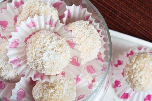 Едни от най-фините и най-обичани бонбони са бонбоните Рафаело. Апетитни пухкави кокосови топчета в симпатична елегантна кутийка. Много вкусна и изключително лесна версия на кокосовите бонбони Рафаело може да си приготвите много бързо и у дома. Домашните бонбони Рафаело имат един безспорен плюс пред оригиналните бонбони Рафаело – много по-леки са но тези сочни косови бонбони носят вкуса и аромата…