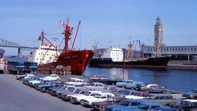 Au 19e siècle, le port de Montréal a été modernisé pour accueillir de plus grands navires et pour prévenir les inondations. L'enseignante d'histoire au Collège Jean-de-Brébeuf Geneviève Pronovost raconte l'évolution de ce lieu de passage jusqu'à la relocalisation d'une partie de ses activités dans l'est de la ville, dans les années 1970.
