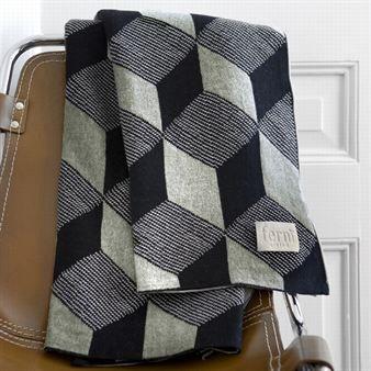 Squares is een exclusieve deken van het Deense design bedrijf Ferm Living. Het opvallende diamanten patroon in zwart en grijs is perfect voor gezellige herfst- en winteravonden op de bank.