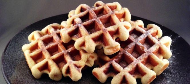 Terwijl+in+Nederland+op+nieuwjaarsdag+de+oliebollen+worden+bovengehaald, maken+de+Belgen+massaal+overheerlijke+vanillewafels+om+het+nieuwe+jaar+te+vieren. Een+wafel+wordt+gemaakt+van+een+beslag+van+bloem,+melk+en+eieren,+dat+in+een+wafelijzer+wordt+gebakken. Zo'n+wafelijzer+bestaat+uit+twee+ijzeren+vormen+waartussen+het+beslag+wordt+samengeperst. Lekker+voor+bij+de+koffie!