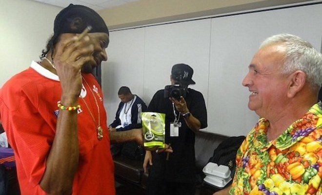 When Snoop Offers You A Freshly Rolled Joint, You Never, Under Any Circumstance Turn It Down – Even 70 Year Old Farmer Ian Neale Knows That! - Gorilla Gang