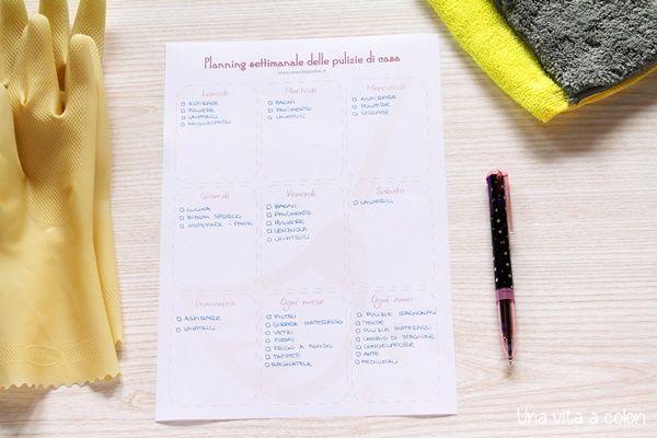 Organizza e pianifica le pulizie di casa settimanali, con il planning stampabile, i consigli per risparmiare tempo e pulire casa velocemente e senza fatica.