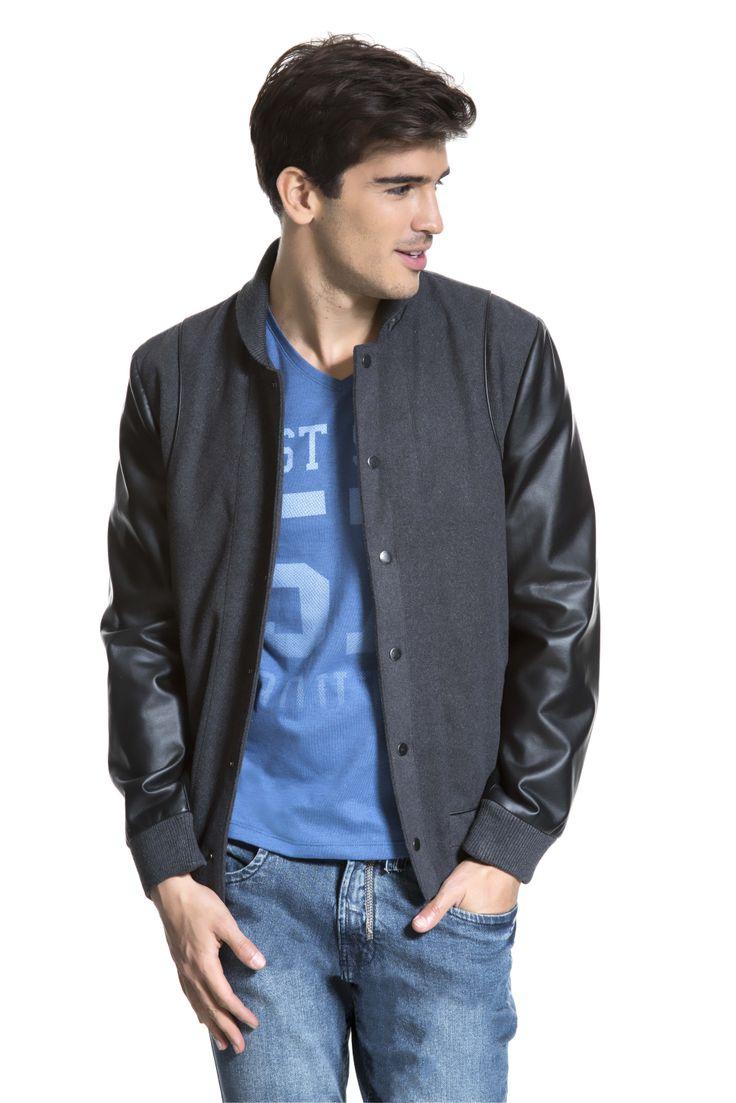 T-shirt estampada com referência college, jaqueta cinza bomber de lã com mangas de couro ecológico e calça jeans.