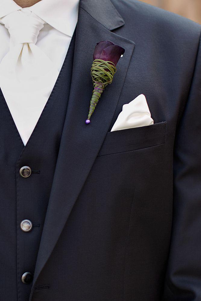 Anstecker Bräutigam, Hochzeit, dunkle Blumen