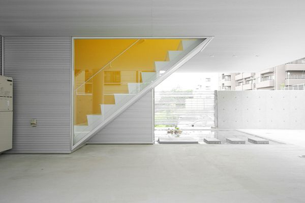 Great Yellow feature wall in this house by Architecture W from Japan.