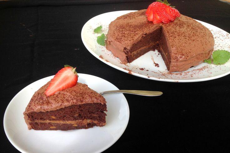 Sunn sjokoladekake med peanøttfyll & kremfrosting