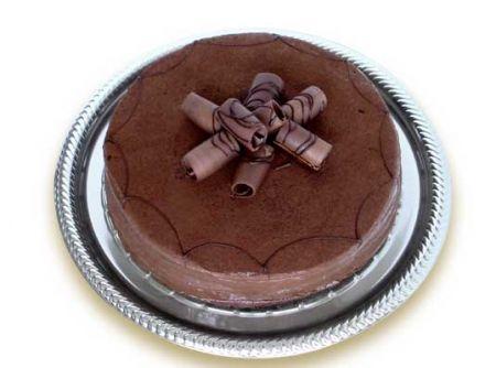 Receita de Bolo Trufado - bolo em três pedaços (três tampas). Reserve. Trufado escuro: Misture os 4 primeiros ingredientes, leve ao fogo para engrossar (brigadeiro...