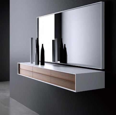 Recibidor en blanco con cajones en madera clara. Conjunto con espejo
