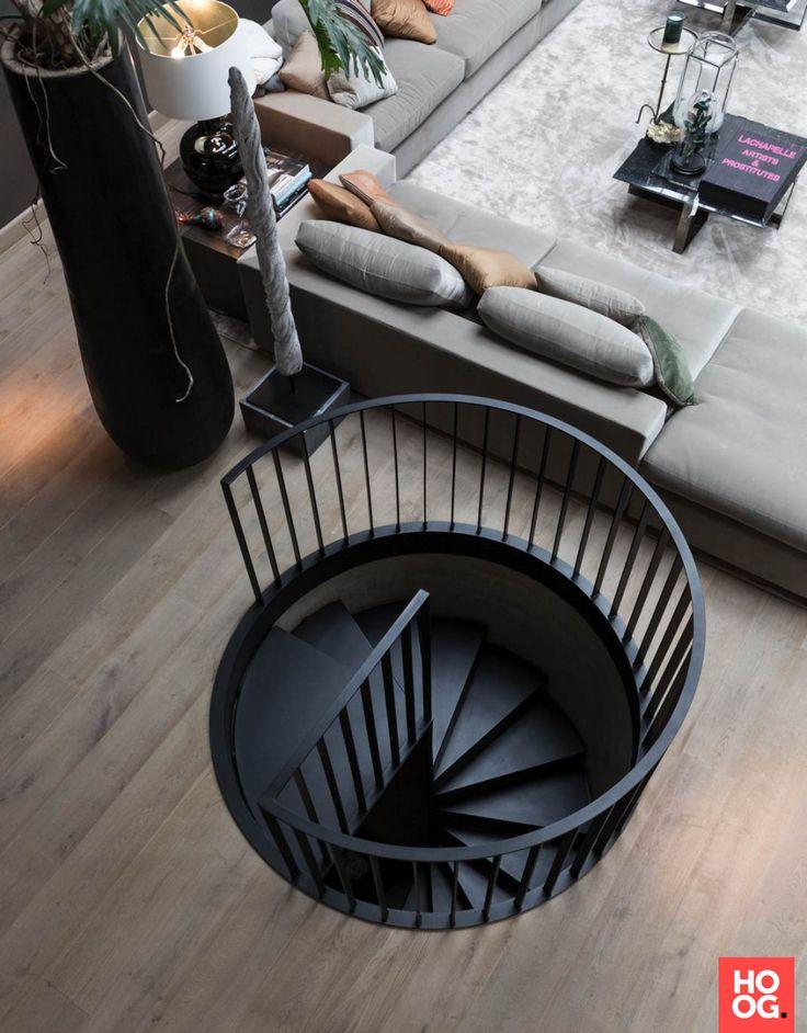 Luxe draaitrap in woonkamer inrichting | woonkamer ideeën | living room decor ideas | luxury living room | Hoog.design