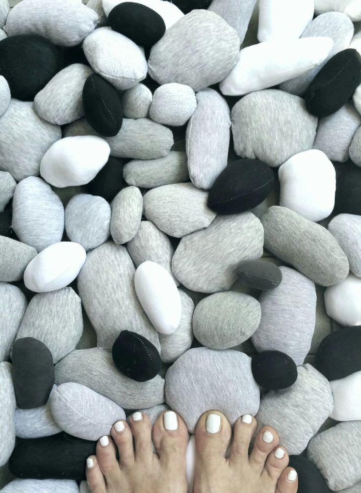 Tigullio cbdisegno.  Tappeto di morbidi sassi in moduli da 60x60 cm. www.cbdisegno.net