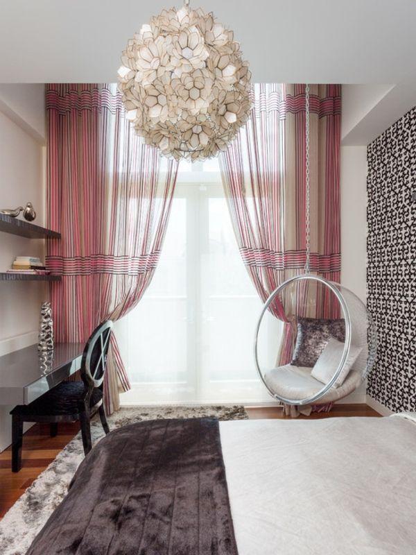 fauteuil suspendu, plafonnier blanc splendide, rideaux doux et bureau suspendu