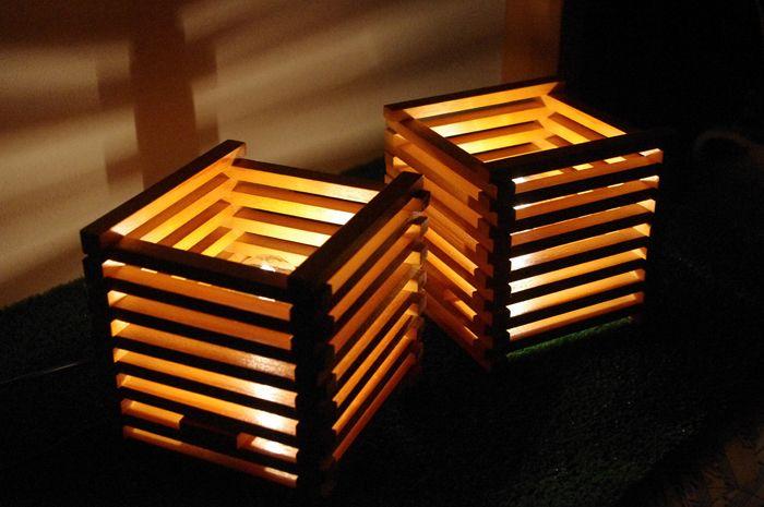 Coppia di abat-jour realizzata assemblando una serie di listelli di legno…