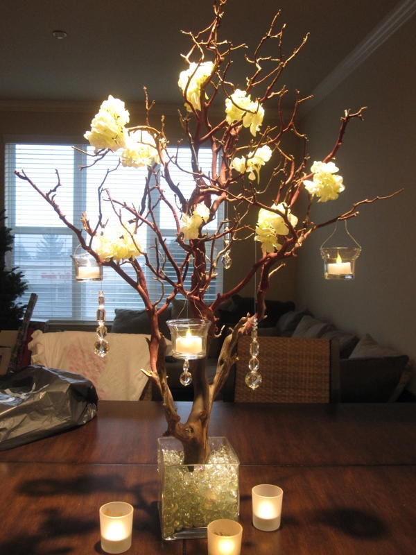 Tree centerpiece painted gold...with glitter. Oh YEAH.