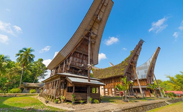 Deskripsi Rumah Tongkonan Perahu Atap Ukiran