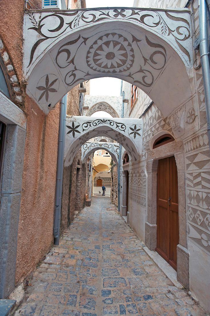 """Το πιο εντυπωσιακό στοιχείο του χωριού, είναι η ασπρόμαυρη εξωτερική διακόσμηση των σπιτιών, τα λεγόμενα """"ξυστά""""."""