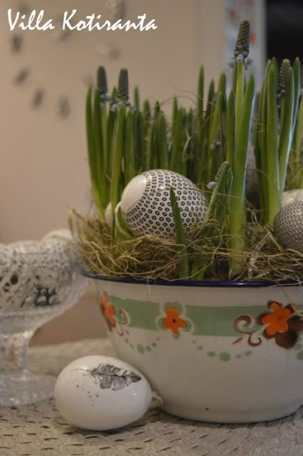 Pääsiäiskoristeet Järvenpään Kukkatalosta. Lasikulho Iittalan Kastehelmi -sarjaa. / Decorations for Easter from Järvenpään Kukkatalo. Iittala's Kastehelmi glass item.