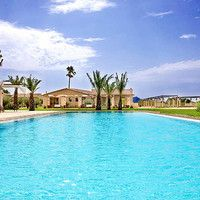 Das 4 Sterne Hotel Sa Franquesa Nova auf Mallorca hat uns sofort begeistert. Dezente Farben sowie helles und modernes Interieur treffen in diesem FincaHotel auf Mallorca gekonnt auf die traditionelle Bausubstanz des Hauses aus dem 17. Jahrhundert. Herausgekommen ist ein wirklich einzigartiges Landhotel auf Mallorca, das eine perfekte Balance zwischen Tradition und Moderne bietet.