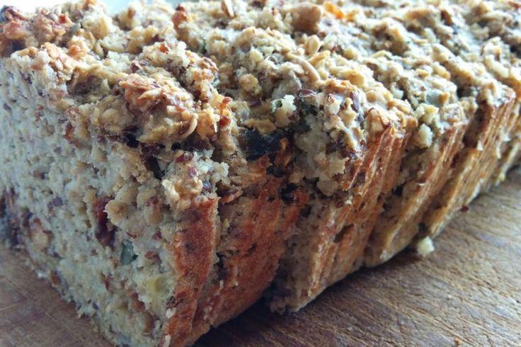 """Heb je zin in brood, maar eet je liever geen granen? Probeer dan dit havermout-banaan brood, zonder gluten. Ik bak dit brood vaak in het weekend, en vries dan een deel in zodat ik er de hele week plezier van heb. Je kunt het brood """"zo"""" eten of beleggen met wat pindakaas, notenpasta of ander beleg naar smaak. #bananenbrood #havermout #oats #bananabread #recept #healthy #lifestyle #glutenfree"""