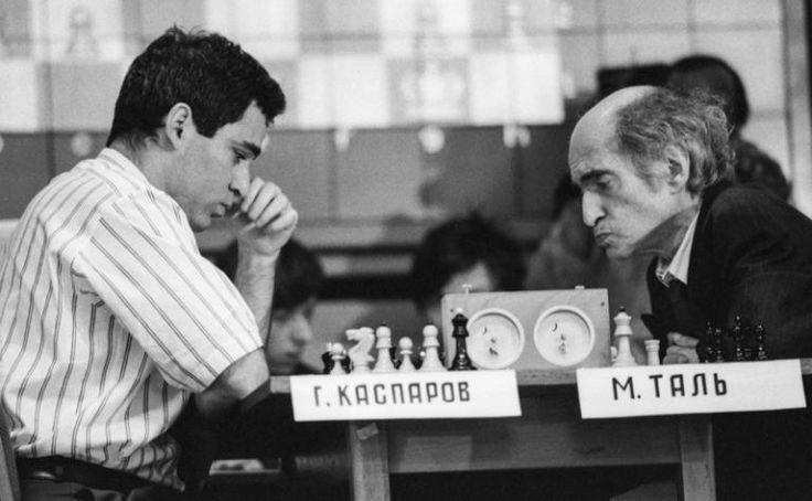 Legends of the chessboard: Mikhail Tal vs Kasparov, 1992. (Photo credit: I. Utkin.)  www.jouer-aux-echecs.com #echecs #chess