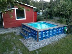 Wie wäre es mit einem DIY Pool für den Sommer? :) Bauanleitung: Die Bierkästen in einem Rechteck aufstellen (fünf Kästen breit, sieben Kästen lang). Die Höhe des Pools entspricht drei Bierkasten-Reihen. Jetzt pro Bierkasten-Reihe zwei Spanngurte verbinden...