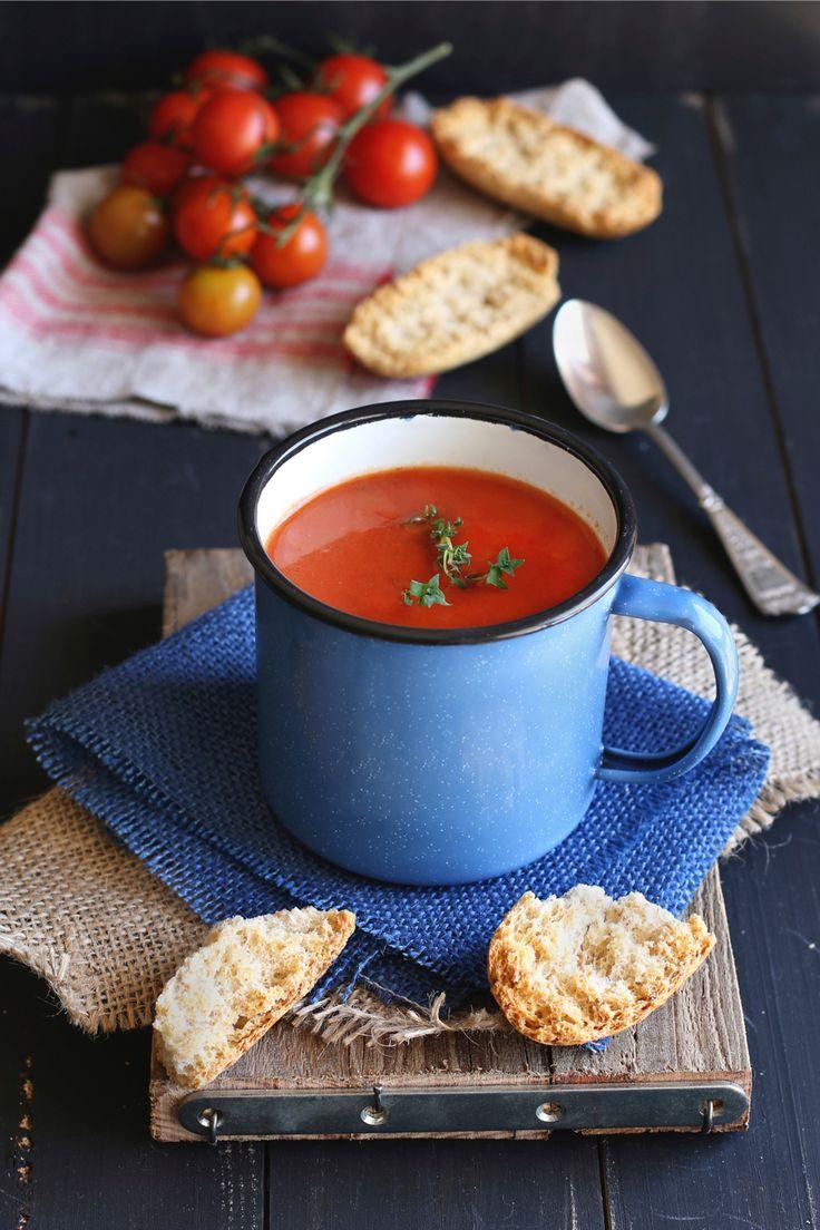 Zin in tomatensoep, maar heb je weinig tijd? Zo maak je een hele simpele en snelle tomatensoep! Verhit in een grote soeppan wat olijfolie en bak daarin op medium vuur de fijngesneden knoflook en de gesnipperde ui in een paar minuutjes aan. Voeg de gezeefde tomaten en de bouillon toe en breng het geheel aan de […]