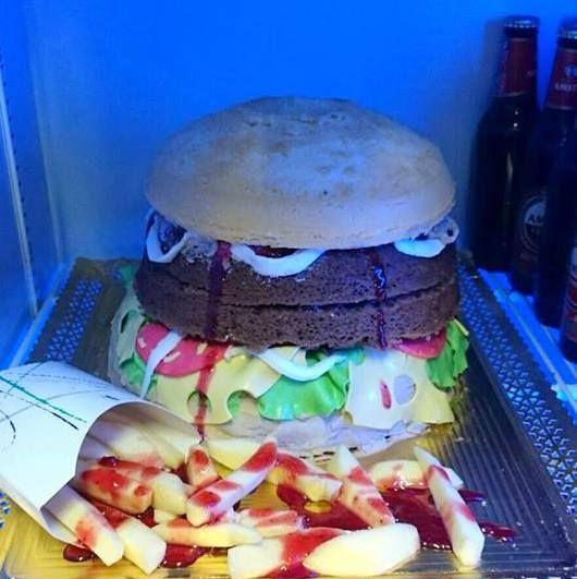 tarta hamburguesa.patatas fritas echas de manzana con sirope de fresa.decoración fondant