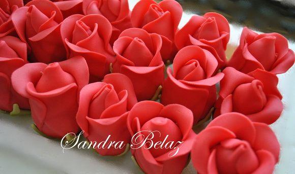 Trufas decoradas com pasta americana em forma de rosa