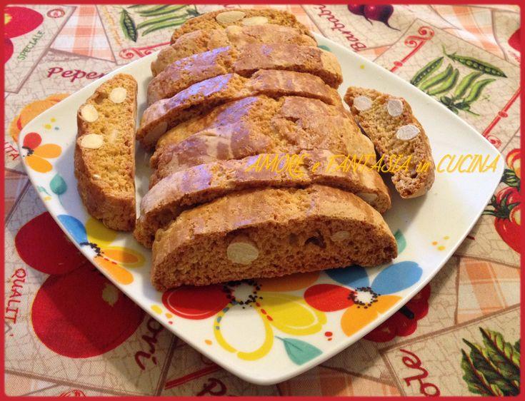 I cantucci alle mandorle sono dei biscotti tipici della cucina toscana,ideali da gustare con il Vin Santo.
