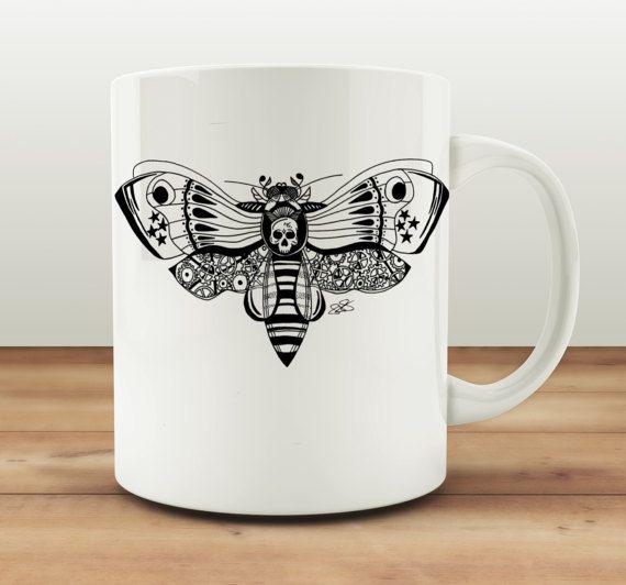 Deze ingewikkelde Zentangle geïnspireerd Butterfly Bee ontwerp oorspronkelijk getekend door Fiona van de hand was. Dit ontwerp is alleen verkrijgbaar bij ons en daarom limited edition! Gemaakt in een schetsblok voordat gesublimeerd aan een mok. Perfect voor iedereen die houdt van Steampunk stijl of eenhoorns!  Alle ontwerp rechten liggen met Fiona Fletcher. Dit ontwerp kan niet worden verveelvoudigd en/of gerepliceerd door enige andere persoon of bedrijf.  Mokken zijn keramische. Bedrukt...