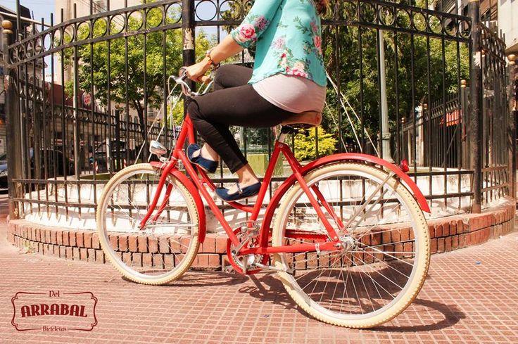 """Les presentamos nuestro exclusivo modelo! Bicicleta de dama """"Pebeta de Arrabal"""", estilo Holandesa, con complementos personalizados. Bicicletas elegantes y coloridas que ofrecen la ventaja de una postura erguida y cómoda para la movilidad urbana diaria. Foto: Modelo Rojo con Luces Retro a dínamo (pedaleas y generas la luz), puños de corcho, asiento personalizado, cubre cadena estilizado, freno contrapedal trasero y de mano delantero. Del Arrabal Bicicletas - Buenos Aires"""