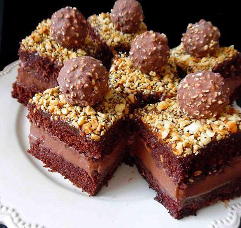 Un desert excelent pentru ocazii deosebite este savuroasa Prajitura Ferrero Rocher. Blatul de cacao combinat cu crema de frisca si Nutella,