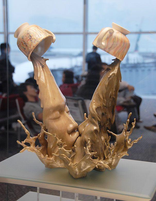 escultura de la colección llamada Ying Yeung del artista Tsang Cheung Shing. Podemos apreciar como aparece la fusión visual ya que a simple vista parecen dos tazas derramando café, pero el líquido forma la figura de dos personas besándose. Técnica: Directa y sustractiva