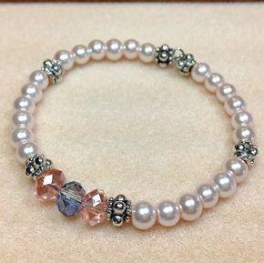 Deze mooie armband is gemaakt met behulp van glas parels in een bleke roze kleur, Tsjechisch glas kristallen in roze en grijs en tinnen Spacer Beads. De kralen zijn geregen op roestvrij staaldraad geheugen. Deze armband is mooi en gemakkelijk te dragen. Het zou geweldig zijn voor een bruid, de bruids partij, de moeder van de bruid/bruidegom, of voor elke speciale gelegenheid. De parels hebben een mooie glans en de Tsjechische glas kristallen toevoegen net genoeg schitteren.  Omdat het is...