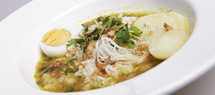 Indonesische soto soep gevuld met mihoen, rijst, aardappelen, tauge, en kip