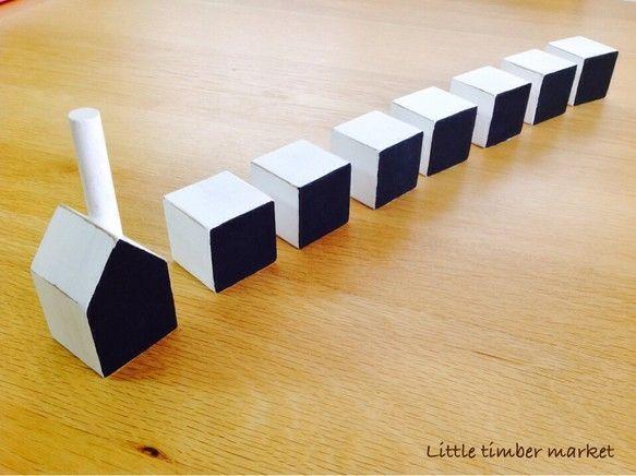 おうち型とキューブ型の黒板インテリアです。(おうち1個・キューブ6個セットにチョークが1本付きます)真っ白にペイントしたおうちに、1面だけブラックのチョークボ... ハンドメイド、手作り、手仕事品の通販・販売・購入ならCreema。