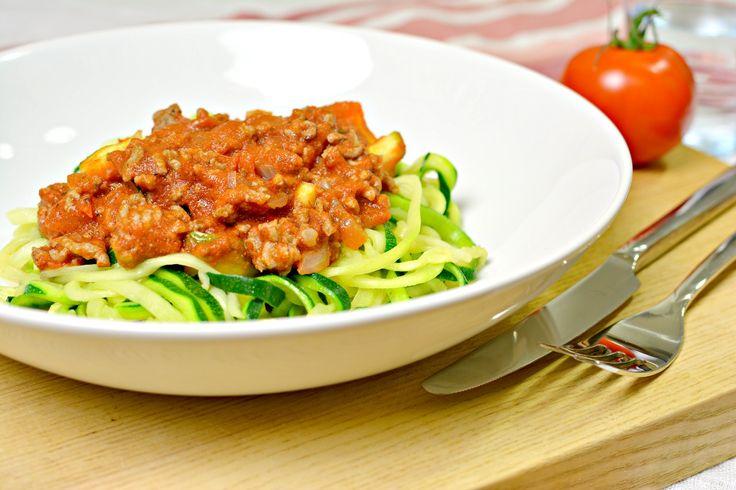 Ich habe schon des Öfteren erwähnt, dass ich totaler Italien-Fan bin und vor allem auch die italienische Küche liebe. Leider ist seit meiner Ernährungsumstellung auf Paleo mit Pizza und Pasta Schluss – zumindest in der traditionellen Form. Ich kann dir dennoch versprechen, dass selbst gestandene Pasta-Gourmets bei der leckeren Paleo Spaghetti Bolognese voll auf ihre Kosten […]