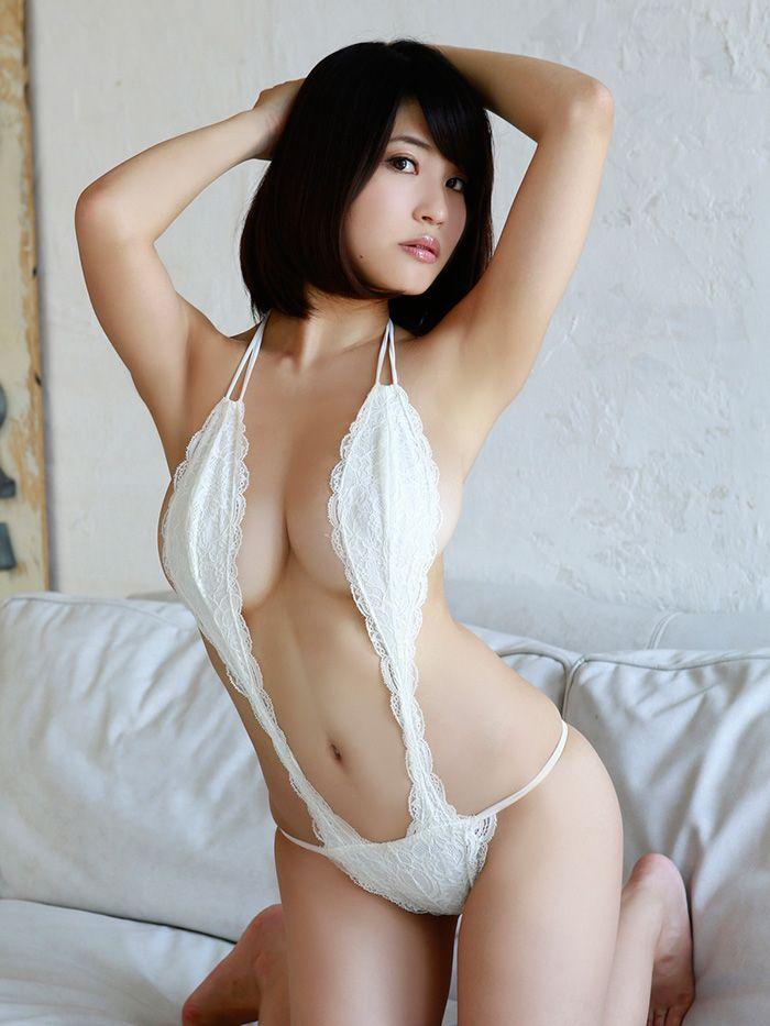岸 明日香(きし あすか、1991年4月11日 - )は、日本のグラビアアイドルである。大阪府出身、ASCHE(アッシュ)に所属している。 以前はトータルベネフィットに所属し、「柚崎明日香」(ゆずさき あすか)としてレースクイーンやモデル活動を行っていたが[2]、2012年3月より現事務所に移籍し、「岸 明日香」に改名した。同年4月に1stDVD『恋ゆらら』をリリースする[3]。同年7月、『ミルキー・グラマー』をリリースする。8月6日深夜放送のテレビドラマ『走馬灯株式会社』にゲスト出演した。