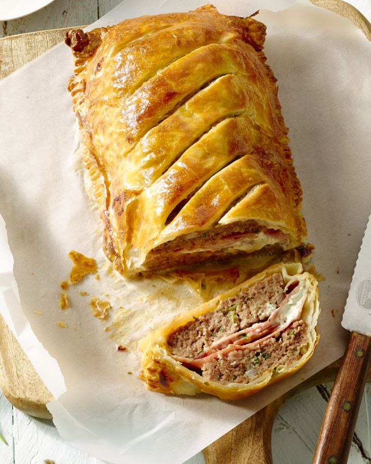 Gehaktbrood met ham en kruidenkaas in bladerdeeg