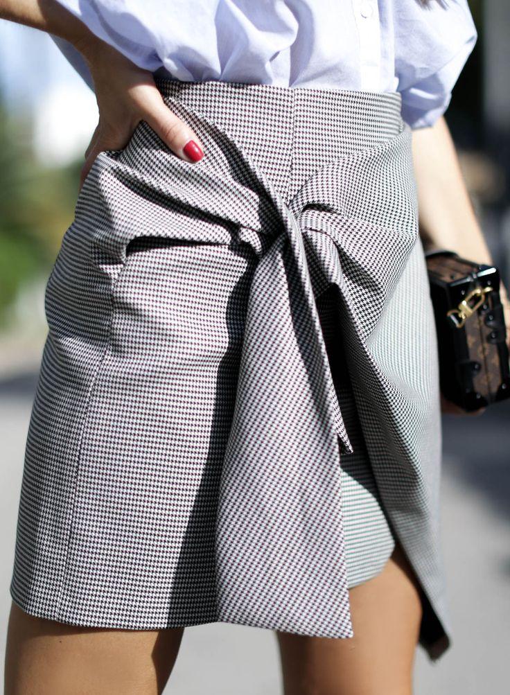 camisa-oversize-zara-louis-vuitton-mini-skirt-boots-botines-denia-look-bartabac-outfit-moda-blogger-13