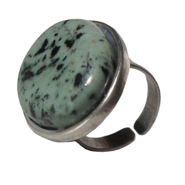 Χειροποίητο Δαχτυλίδι Με Πέτρα Σερπεντίνης Με Εγκλείσματα Σιδήρου  Αυξομειώμενη μεταλλική ορειχάλκινη - μπρούτζινη βάση. Χρώμα: Ασημί αντικέ. Ορυκτή πέτρα: Σερπεντίνης Με Εγκλείσματα Σιδήρου. Σχήμα πέτρας: Οβάλ. Μέγεθος πέτρας: 2.8cm x 2.2cm Νούμερο: One size (Αυξομειώμενο) Ο Σερπεντίνης είναι μια ήρεμη πέτρα που φέρνει αγάπη, αισιοδοξία, ζωντάνια και καλή διάθεση. Χρησιμοποιείται σε μεταφυσικές αναζητήσεις, προστατεύει από τους εθισμούς, απομακρύνει το άγχος και τη θλίψη και προστατεύει από…
