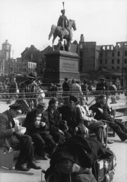 Kriegsheimkehrer und Flüchtlinge 1946 am Hauptbahnhof | Quelle: Wilhelm Hauschild