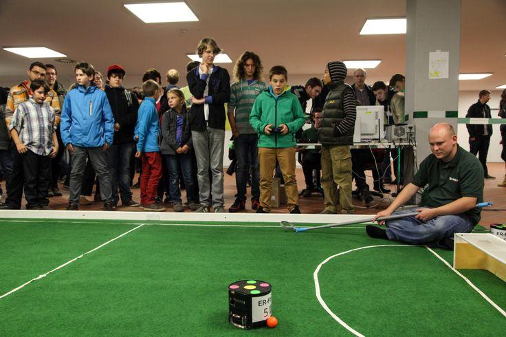 Die kickenden Roboter sind immer ein Publikumsmagnet – wie hier bei der langen Nacht der Wissenschaften. Foto: FAU/Pöhlein