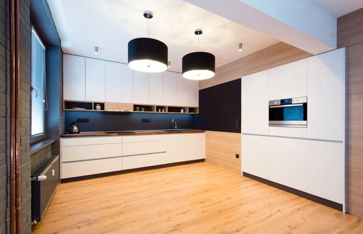 Kuchyně Lara bílá mat 391 DM Matný lak v kombinaci s dřevem v přírodních barvách je velmi aktuální trend. Bílá tak nepůsobí tolik ostře a přitom rozzáří interiér. A vysoké skříně vestavěné do stěny udrží prostor příjemně vzdušný.  #designovekuchyne #kuchyne #kitchen #modernikuchyne #modernibydleni #interier #gorenje #interier #design