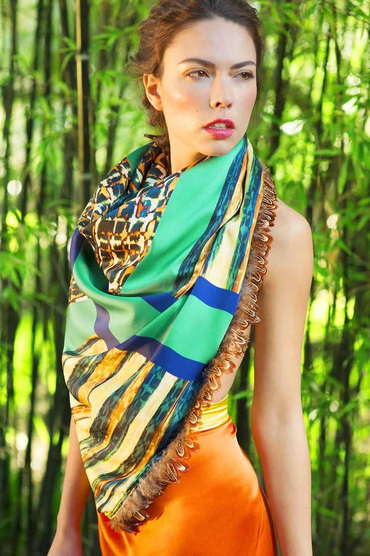 Foulard en soie imprimée, bordures en plumes véritables de faisan. www.swannluxuriosites.com