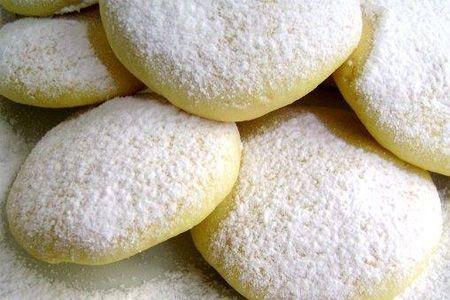 biscotti al limone Ingredienti: 100 g di farina bianca, 150 g di farina gialla a grana fine, 2 uova, 2 limoni, 1 cucchiaino di lievito, 100 g di zucchero, 150 g di burro o 60 g di olio di mais, zucchero al velo facoltativo, sale. Come si fa: Mescolate le due qualità di farina, fatevi un incavo al centro e sgusciatevi un uovo intero e un tuorlo; unite il burro fuso, lo zucchero, la buccia grattugiata dei limoni e qualche goccia di succo di limone, il lievito e un pizzico di sale. Lavorate l'