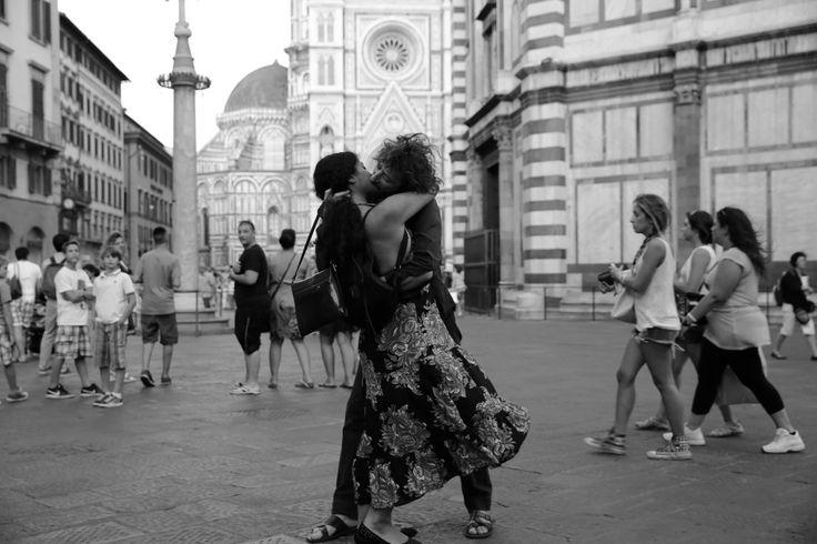 Parejas besándose y demostrando su amor alrededor del mundo