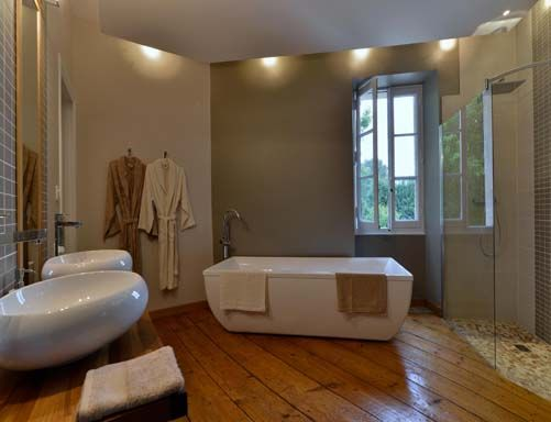 Une salle de bains avec double vasque douche l - Salle de bain avec douche italienne et baignoire ...