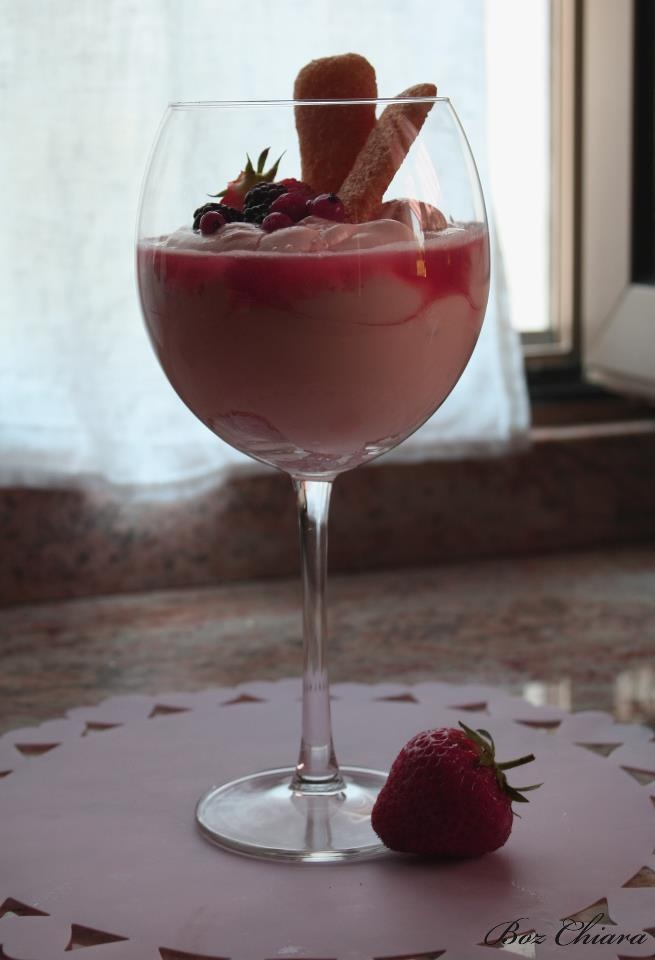 Un dolce dai toni e gusti delicati per una raffinata dolce metà, mascarpone e succo di fragola per addolcire, fragola e frutti di bosco per un tocco di freschezza e colore.