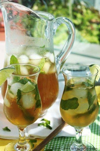 夏が待ち遠しくなる、ミントティー。フレッシュミントが手に入ったら、ぜひ試してみて。  紅茶でも。カクテルのモヒートのように、スティックでミントをつぶし香り引き出す。