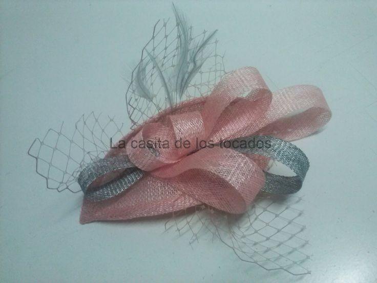 tocado realizado con sinamay en colores rosa bebe y plata, velo y plumas